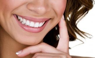Девушка с белоснежной улыбкой после процедуры отбеливания